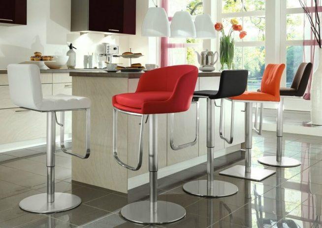 Интересные цветные барные стулья