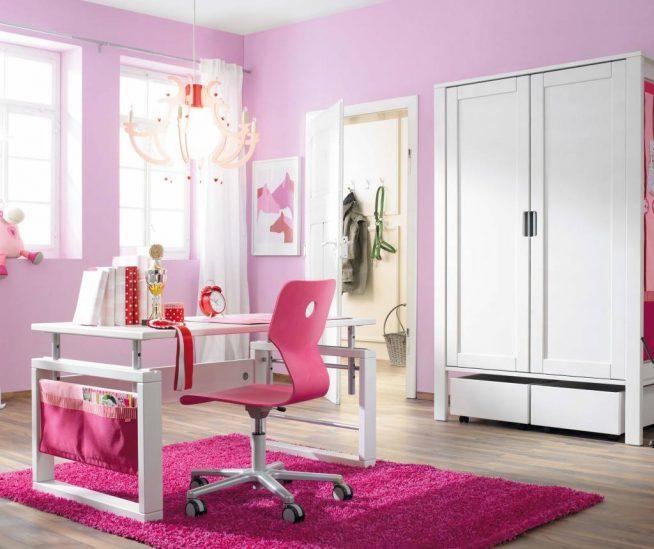 Стул для рабочего места в комнате девочки