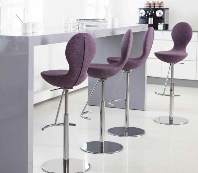 Эффектные мягкие барные стулья авторского исполнения