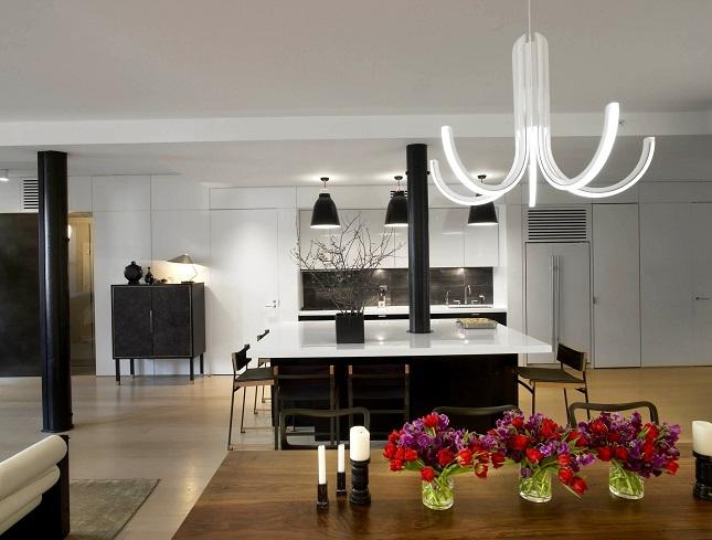 Необычная люстра в интерьере современной квартиры-студии
