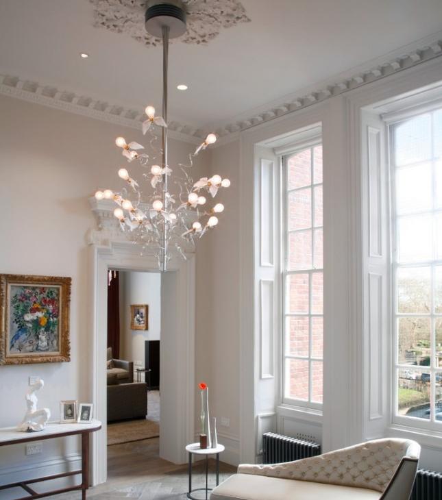 Красивая люстра в комнате с высоким потолком