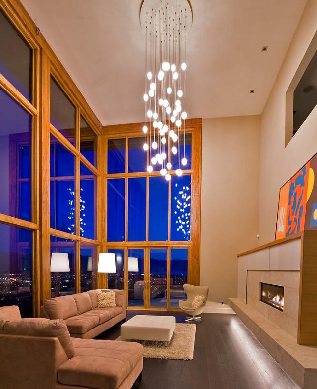 Вариант освещения узкой комнаты с высоким потолком