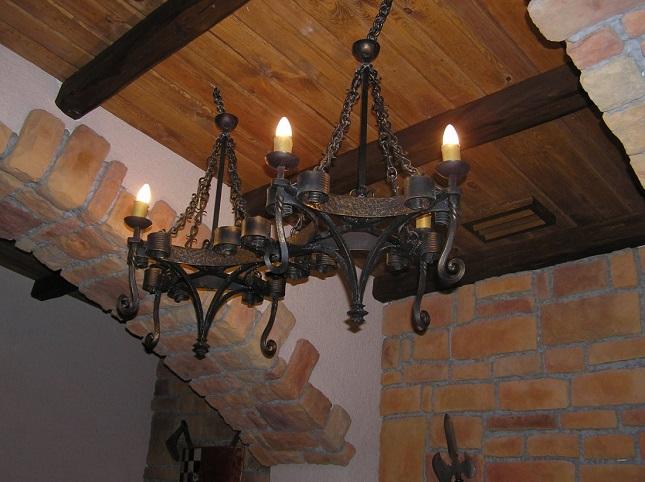 Современная люстра в средневековом стиле