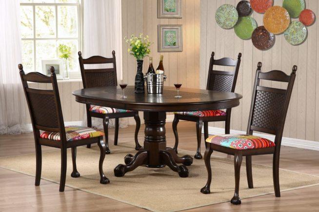 Классические стулья с обивкой лоскутным шитьём