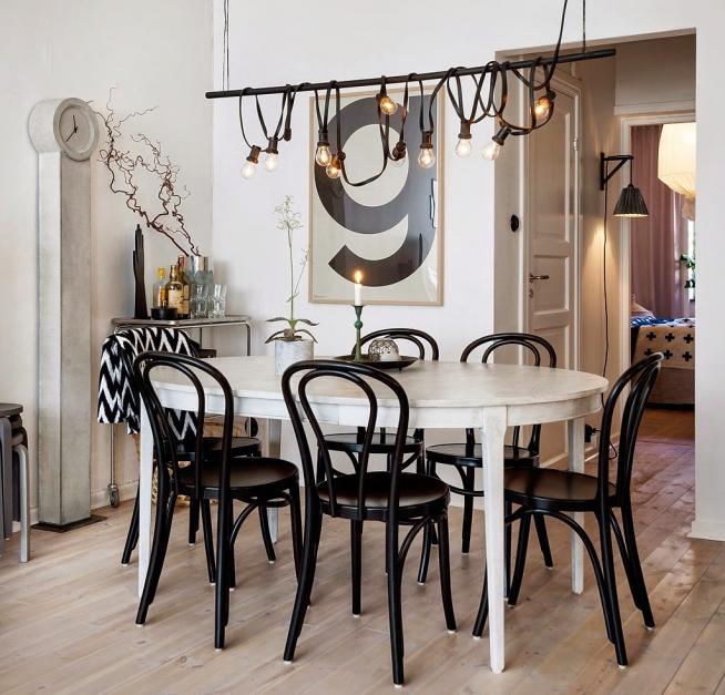 Венские стулья в гостиной скандинавского дизайна