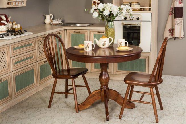 Классические стулья на современной кухне
