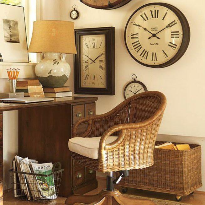 Классические часы в кабинете