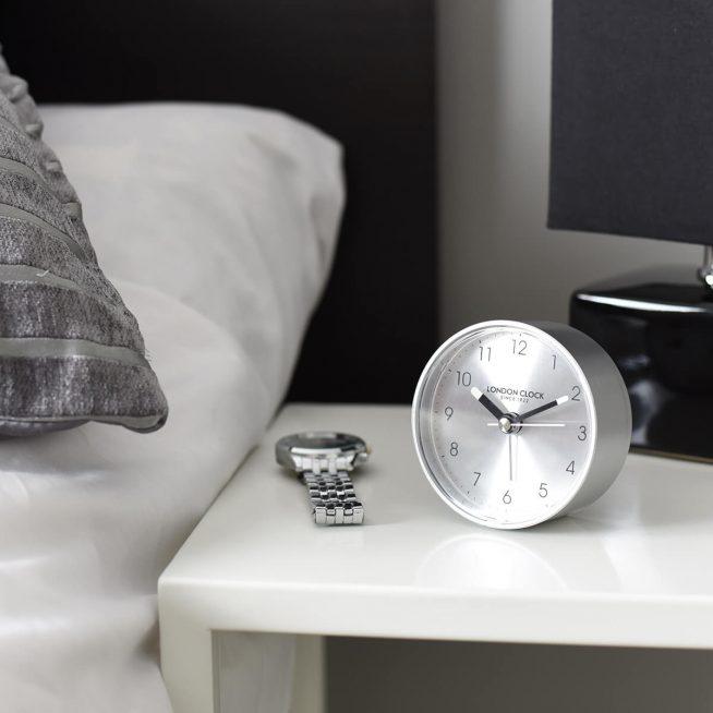 Маленькие часы-будильник