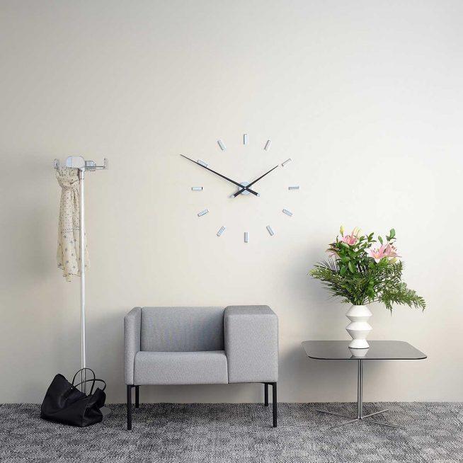 Современные часы в прихожей