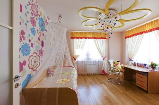 Красивая люстра в комнате девочки в форме цветка