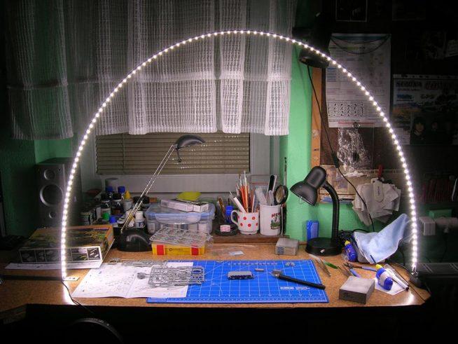 Необычный вариант освещения рабочего стола подростка