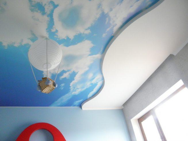 Натяжной потолок в детской комнате с люстрой в форме воздушного шара