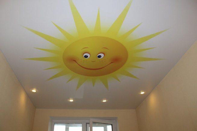 Потолок в детской с весёлым солнышком