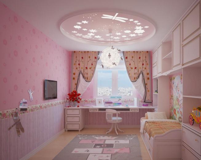 Комната девочки с люстрой нежной расцветки