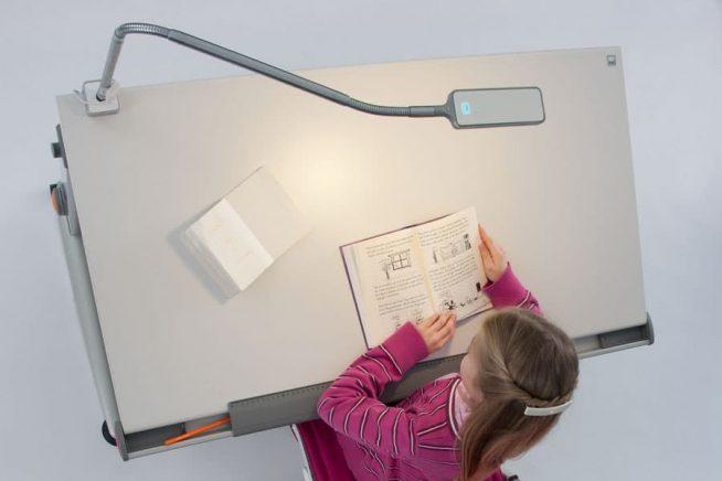 Освещение рабочего стола школьника настольной лампой