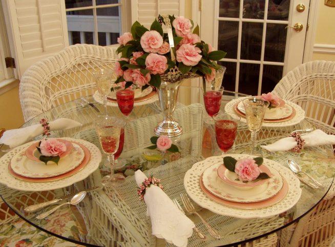Сервировка стола с вазой