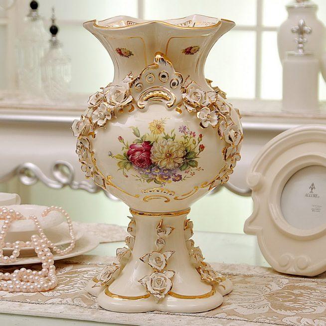Антикварная ваза в стиле барокко