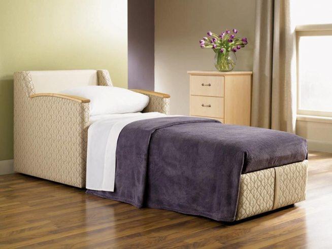 Добротное кресло-кровать в интерьере современной квартиры