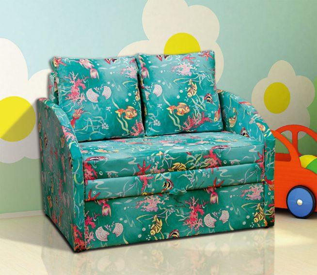 Большое раскладное кресло в детской комнате
