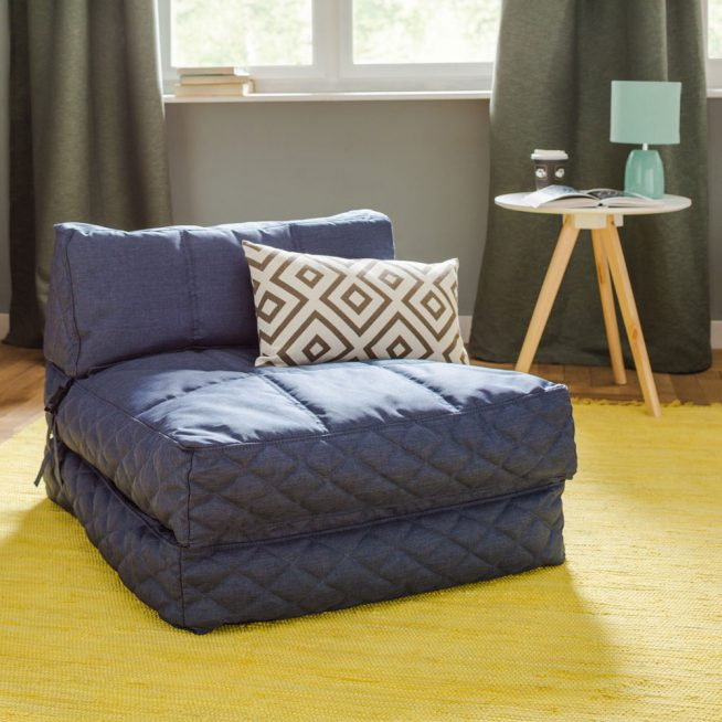 Простое кресло-кровать синего цвета