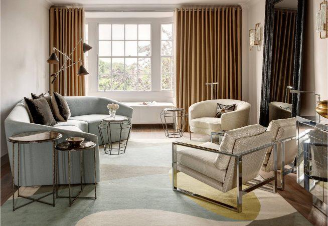 Гостиная, оформленная креслами разной формы