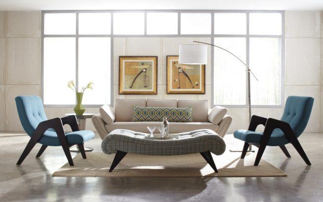 Простые кресла в просторной гостиной