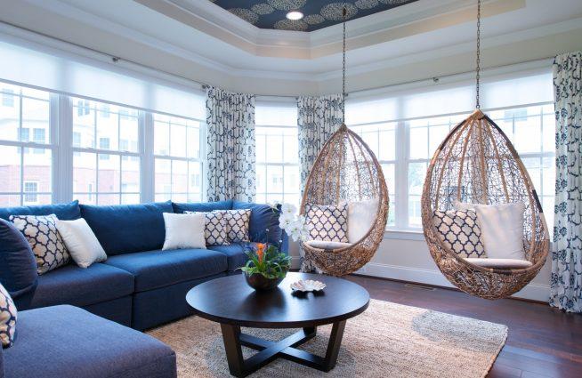 Два подвесных кресла в современном интерьере