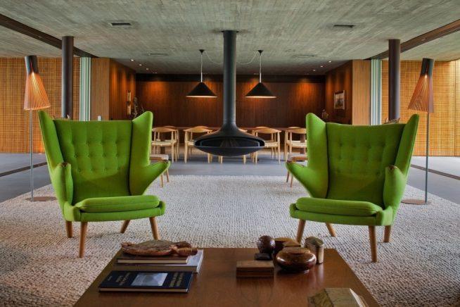 2 стильных кресла в современном интерьере