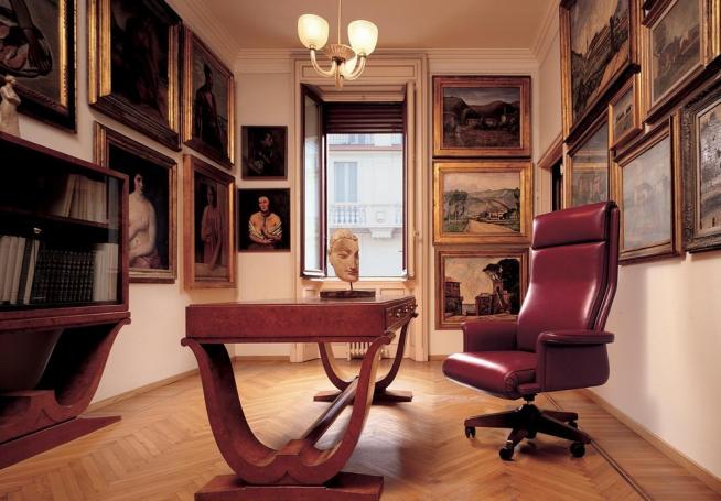 Кресло в рабочем кабинете с картинами