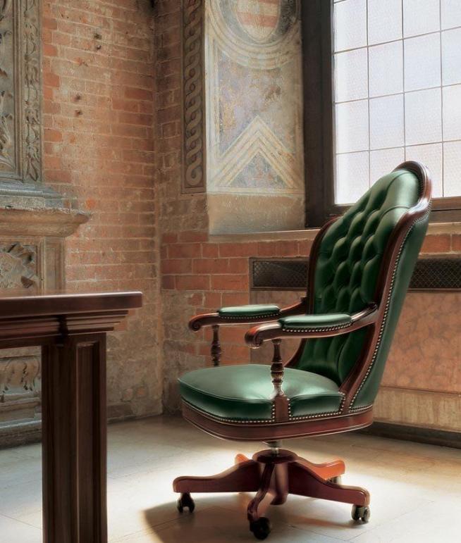 Классическое кресло в едином стиле с дизайном комнаты