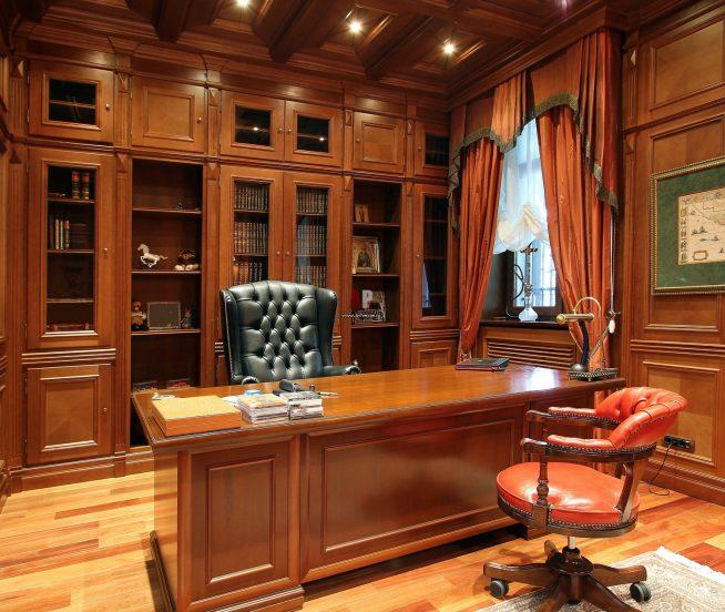 Кресло в кабинете английского стиля
