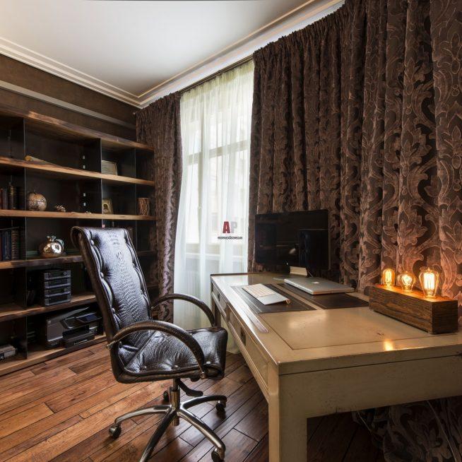 Кресло в кабинете в стиле лофт