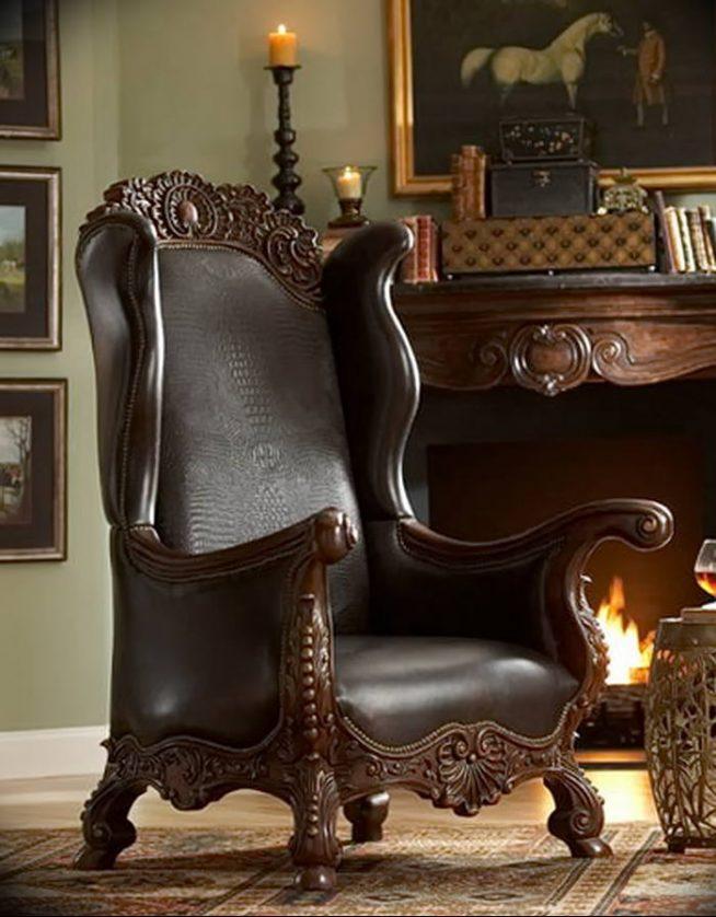 Старинное кожаное кресло у камина