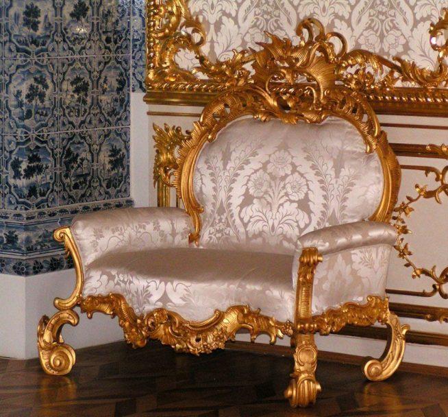Шикарное кресло в стиле рококо