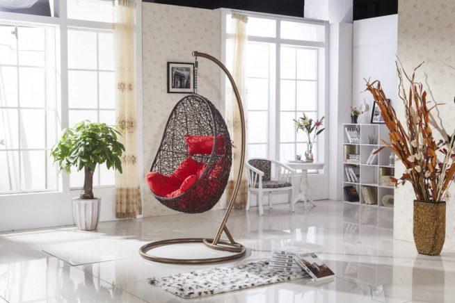 Подвесное кресло из ротанга на металлическом основании