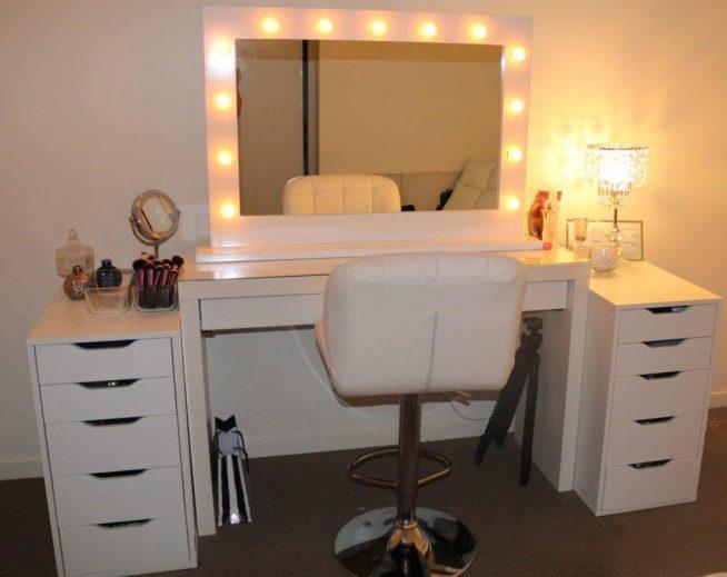 Дамский столик с хорошо освещённым зеркалом