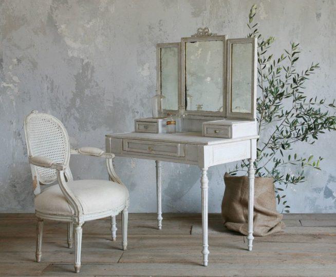 Зеркало на туалетном столике винтажного стиля