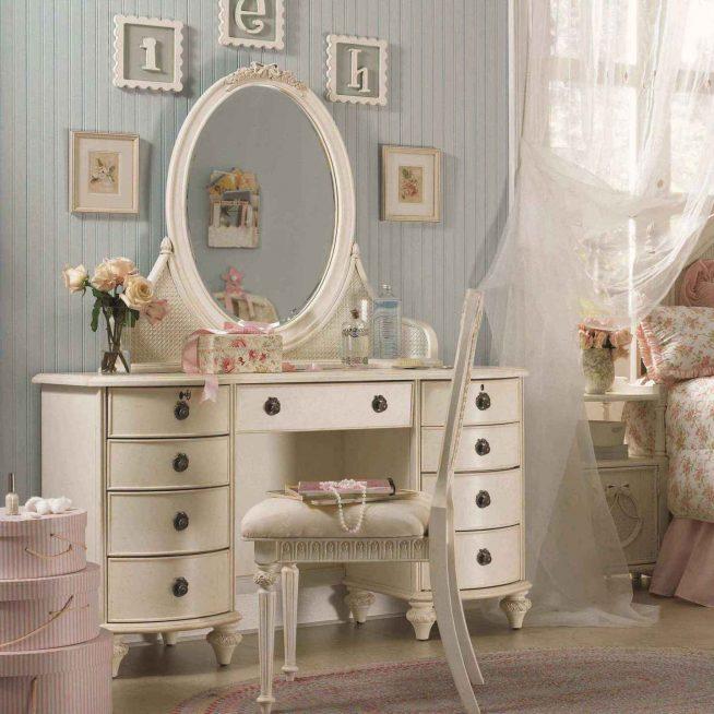 Туалетный столик с зеркалом в спальне стиля прованс