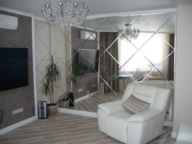 Зеркальная стена в интерьере небольшой комнаты