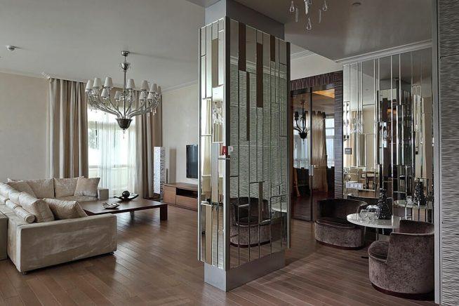 Зеркальная колонна в интерьере гостиной