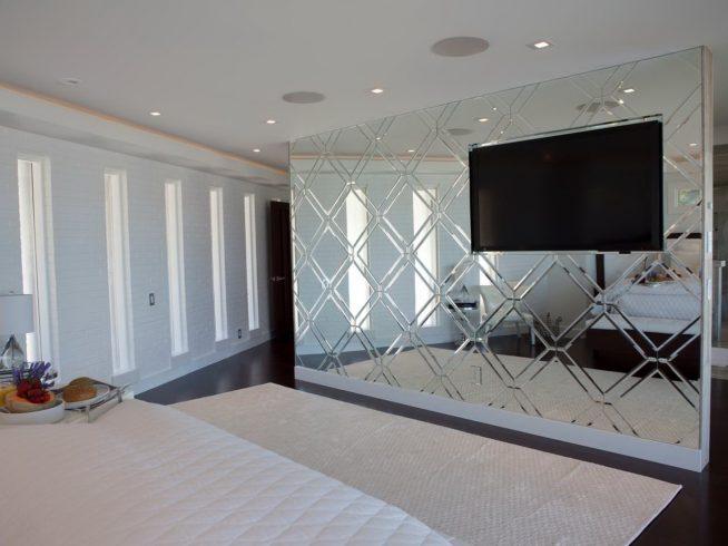 Зеркальная перегородка между спальней и гостиной