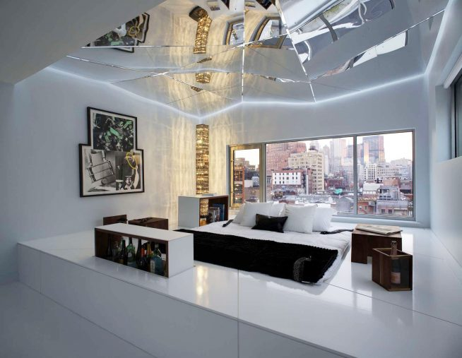 Зеркальный потолок необычного дизайна в современной спальне