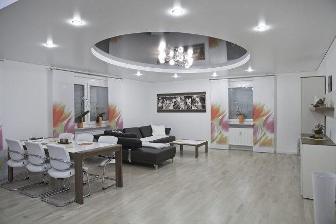Зонирование пространства зеркальным потолком в квартире-студии