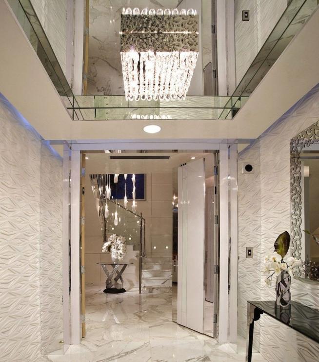 Зеркальный потолок в небольшой прихожей