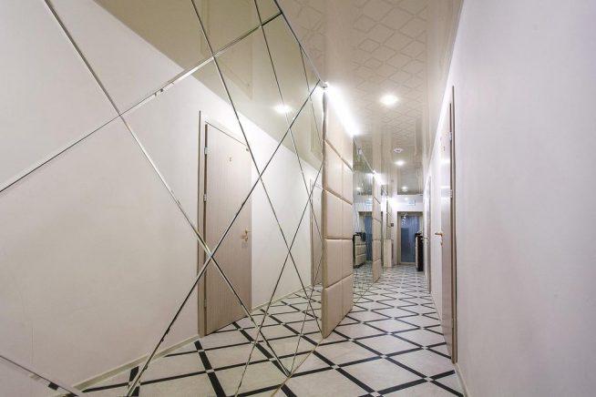 Зеркальная стена в длинном коридоре