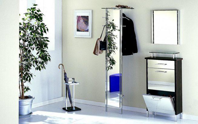 Оригинальное оформление мебели в прихожей зеркалами