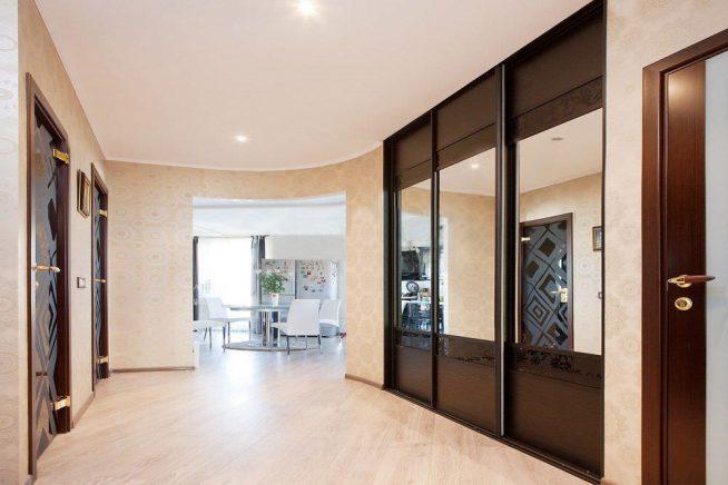 Эффектный встроенный шкаф в длинном коридоре