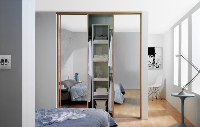 Шкаф-купе, отделяющий спальню от гостиной
