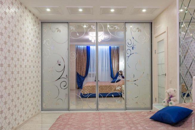 Зеркальный шкаф, выполненный в едином стиле с обстановкой комнаты