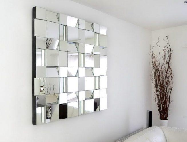 Необычное зеркало авторской работы в гостиной